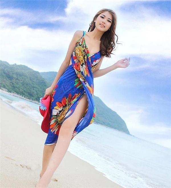 Khăn quấn bằng voan lụa sẽ phát huy nhiều tác dụng khi diện cùng bikini. Trong đó, quấn chúng thành váy quây sẽ giúp bạn che đi được cơ thể của mình khi không muốn phô diễn.