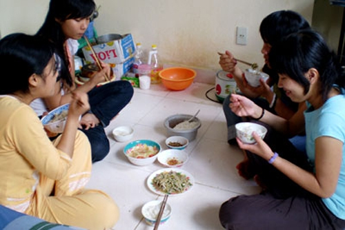 Cùng ăn, cùng ở, cùng sinh hoạt dẫn đến không ítchuyện bất hòa. (Ảnh: Internet)