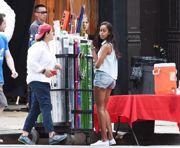 Malia trong kì thực tập vớinhà sản xuất Lena Dunham trong series ăn khách của kênh HBO – Girls.(Ảnh: Internet)