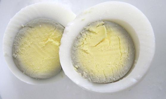 Nguyên nhân là do luộc trứng quá kỹ, không ảnh hưởng gì đến sức khỏe.