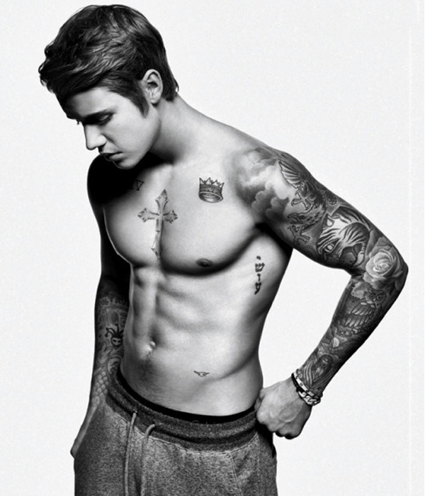 Justin Bieber từng có thân hình gầy gò kém hấp dẫn, nhưng nhờ chăm chỉ tập gym, giờ đây nam ca sĩ đã có thân hình 6 múi vô cùng nam tính