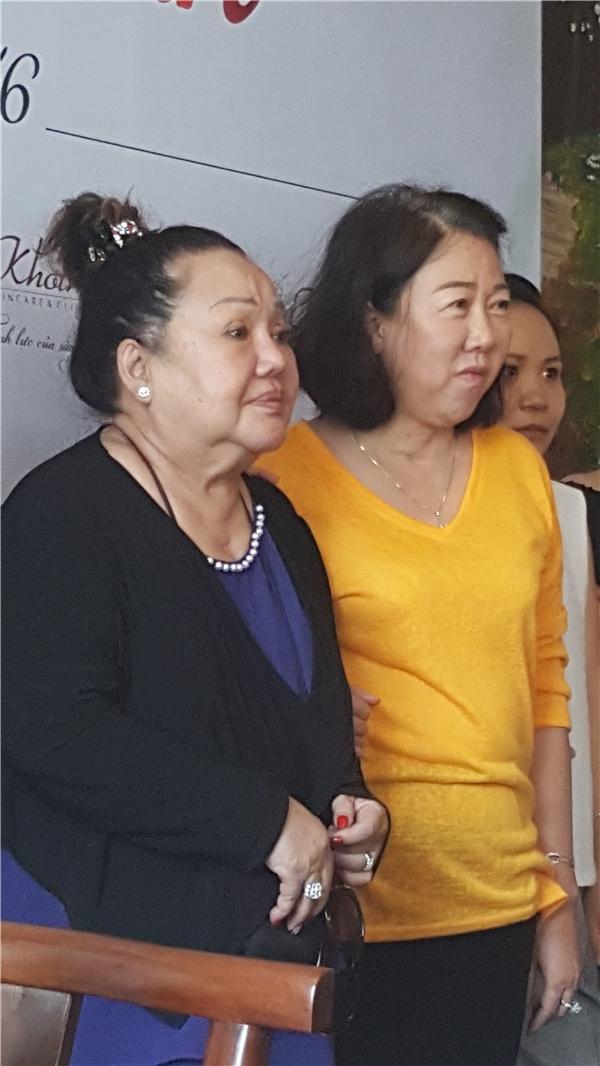 Tham dự buổi tiệc cùng Trấn Thành và Hari, còn có sự xuất hiện của mẹ ruột nam MC và NSND Ngọc Giàu. - Tin sao Viet - Tin tuc sao Viet - Scandal sao Viet - Tin tuc cua Sao - Tin cua Sao