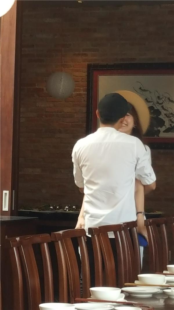 Anh không ngần ngại dành tặng Hari nụ hôn trước sự chứng kiến của báo giới. - Tin sao Viet - Tin tuc sao Viet - Scandal sao Viet - Tin tuc cua Sao - Tin cua Sao