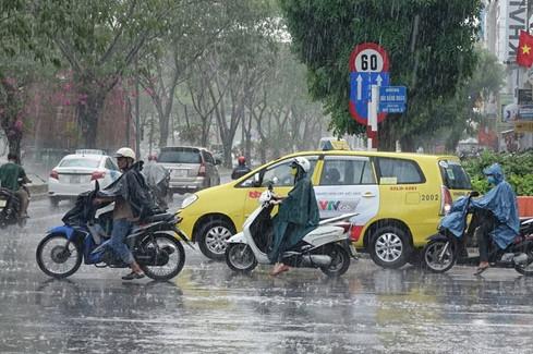 """Các khu vực quận 8, 7 và quận 4 củaSài Gòn đều được """"cơn mưa cứu cánh"""" bao phủ."""