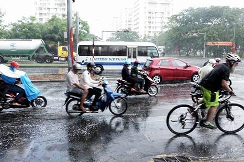 Dù chỉ kéo dài trong hơn 10 phút, cơn mưa này cũng giúp một phần của Sài Gòn hạ bớt nhiệt độ.