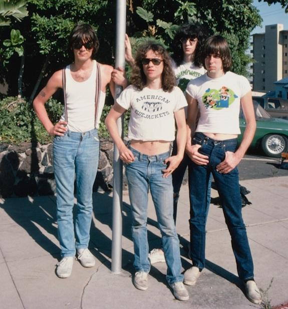 2 thành viên của ban nhạc rock The Ramones diện crop top cùng quần jeans vào năm 1976.
