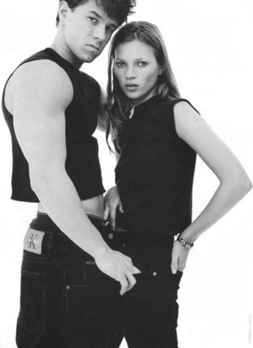 Thương hiệu Calvin Klein từng lăng xê cho xu hướng nam giới diện crop top vào những năm đầu của thập niên 90 và bằng chứng huy hoàng nhất chính là photoshoot với sự góp mặt của tài tử Mark Wahlberg và siêu mẫu Kate Moss.