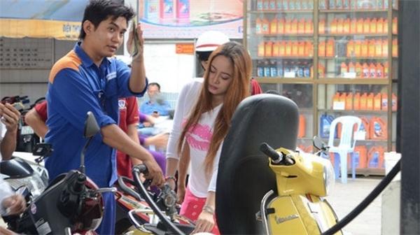 Giá xăng từ 15h hôm nay tăng thêm 640 đồng mỗi lít.