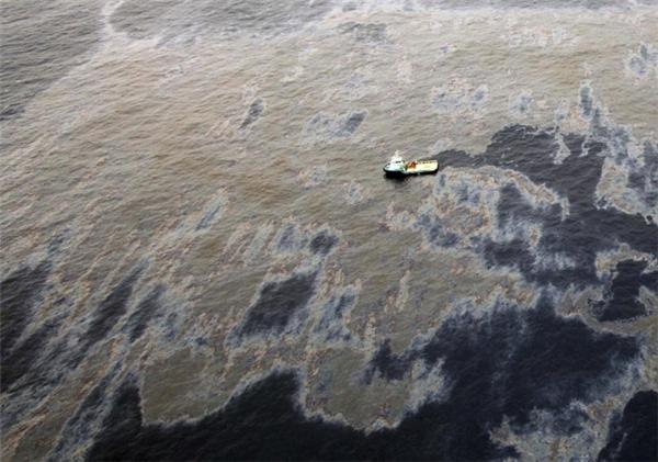 Hình ảnh chụp từ trên cao cho thấy dầu loang lổ ở mỏ dầu Frade, ngoài khơi bờ biển Campos Basin, thuộc địa phận bang Rio de Janeiro, Brazil vào ngày 18/11/2011.