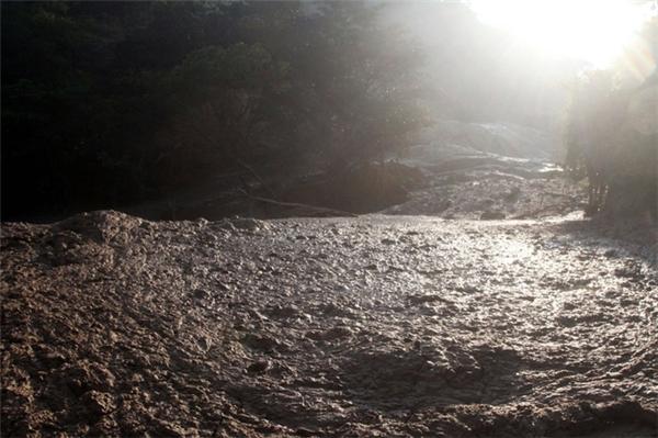 """Dòng sông ô nhiễm do lượng nước thải từ mỏ khai thác vàng bạc """"Dos Senores"""" ở Concordia, bang Sinalo, Mexico tràn ra. Khoảng 10.800 tấn chất thải đã theo một lỗ hổng chảy ra một nhánh của dòng sông Baluarte. Bức ảnh được chụp vào ngày 17/10/2014."""