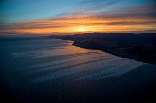 Váng dầu xung quanh đường bờ biển Refugio ở Goleta, California, Mỹ vào ngày 19/5/2015 sau khi một đường ống dẫn dầu bị vỡ vào ngày hôm đó.