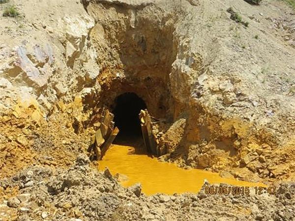 Nước thải từ mỏ vàng Gold King tại quận San Juan, Colorado vào ngày 5/8/2015. Các nhân viên bảo vệ môi trường đã vô tình làm tràn lượng nước thải ra sông và xuôi dòng tới miền Bắc New Mexico.