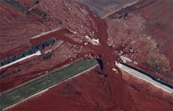 Bức ảnh trên cao cho thấy những lớp bùn đỏ tràn sang ngôi làng Kolontar ở Budapest, Hungary do hồ chứa gần nhà máy alumin bị vỡ vào ngày 9/10/2010.