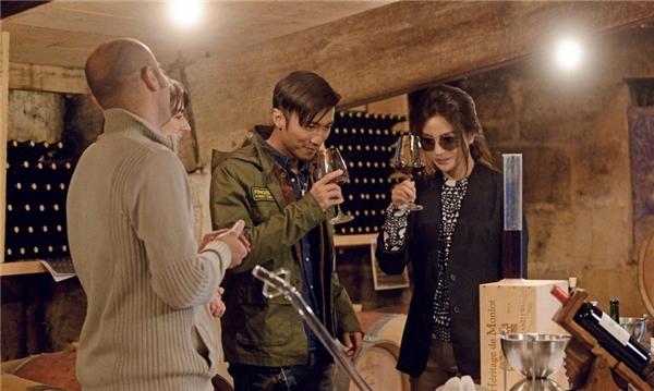 Nữ diễn viên mời tài tử Tạ Đình Phong nếm rượu của gia đình. (Ảnh: Internet)