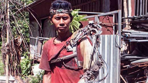 """Thán phục """"Iron Man"""" đời thực dùng điện kĩ thuật cấp 3 tạo nên tay sắt"""