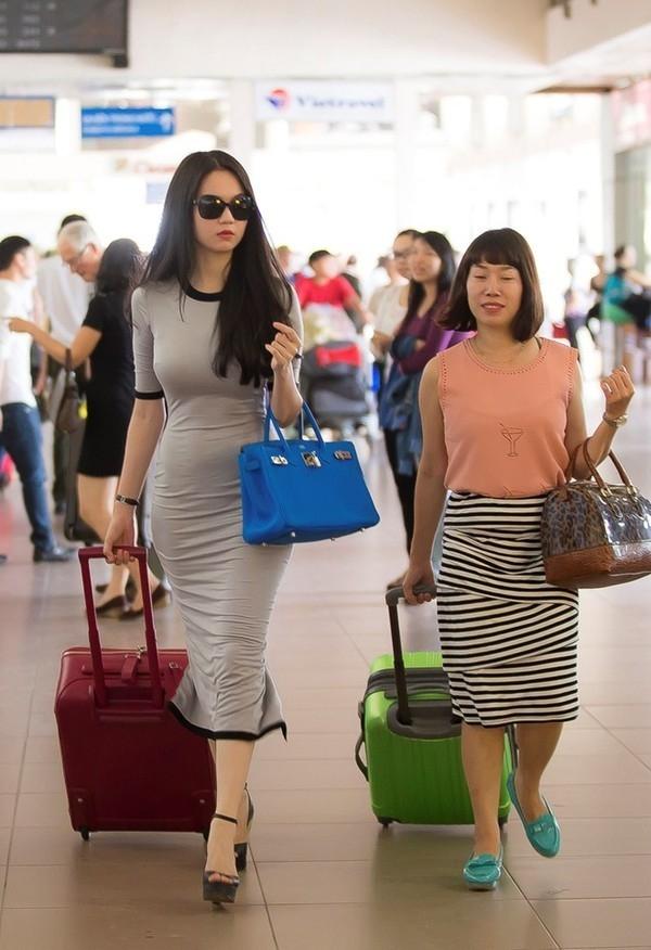 Nữ người mẫu còn có một vài chiếc túi Hermes Birkin với những gam màu nổi như: hồng, xanh thiên thanh, xanh lá với giá khoảng trên 400 triệu đồng.