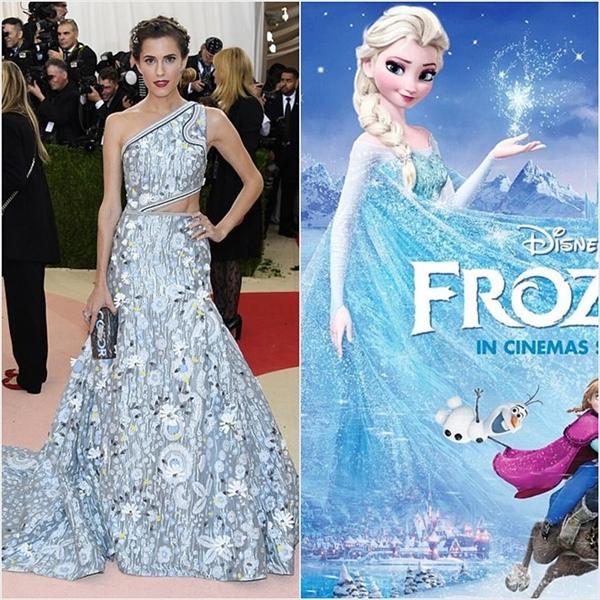 Dù có màu sắc, họa tiết không mấy tương đồng nhưng chất liệu mềm mại của chiếc váy đã giúp Allison Williams được liên tưởng giống với nữ hoàng băng giá Elsa.