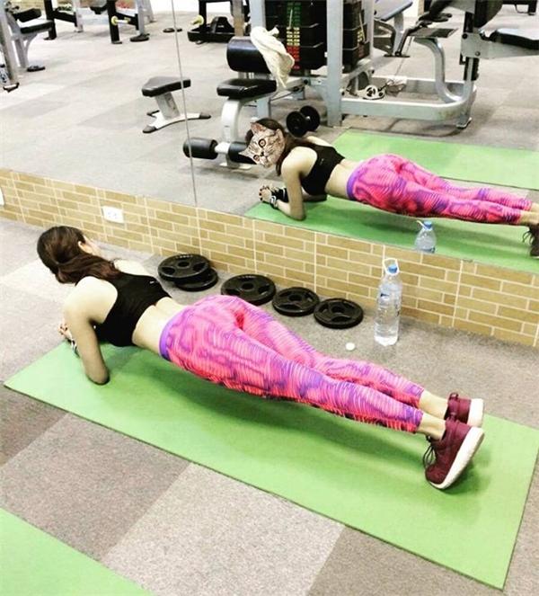 Ngọc Hân thực hiện một động tác plank để vòng 2 săn chắc.