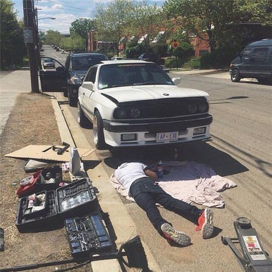 Sửa xe để sau đi, ngủ một giấc đã.