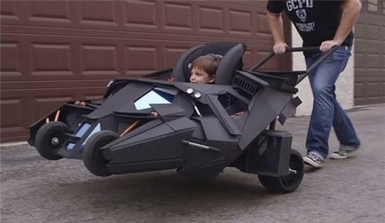 """""""Truyền nhân"""" của Batman đang tập lái xe."""
