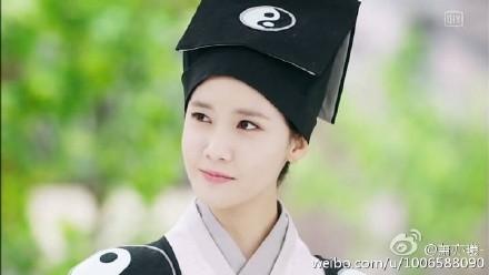 Nhìn cô thật cá tính trong trang phục quân sư. (Ảnh: Internet)