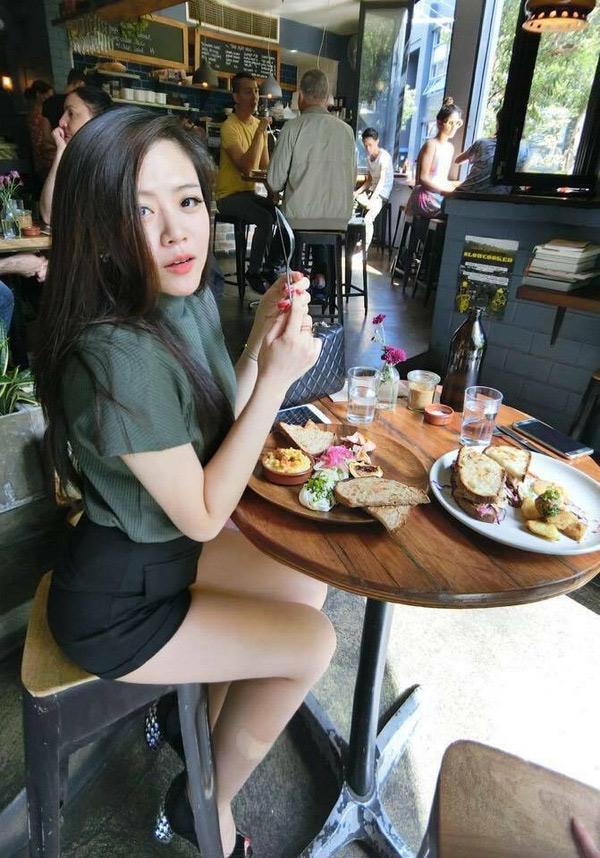 Ngoài du lịch, cô em hotgirl của ca sĩ Ông Cao Thắng còn có đam mê bất tận với đồ ăn, cô thường xuyên check-in tại nhà hàng, quán cafe sang trọng và chụp lại tất cả các món ăn lạ lẫm, đặc sắc, chỉ người có tiền mới đủ khả năng nếm thử