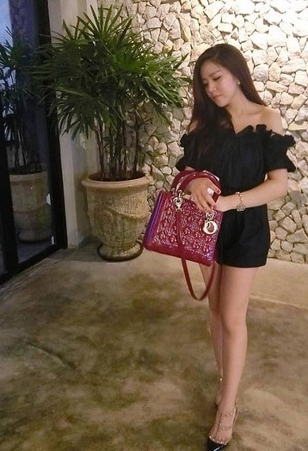 Không chỉ yêu thích túi Chanel, Thoại Liên còn hào phóng bỏ ra hàng trăm triệu để mua túi Lady Dior đỏ, cùng bộ Mini Lady Dior nhiều màu như trắng bạc, hồng