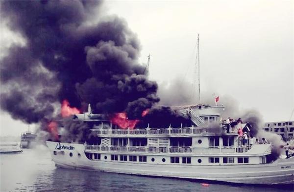 Đám cháy bùng phát dữ dội trên chiếc du thuyền hạng sang. Ảnh:FB Vương Chip.