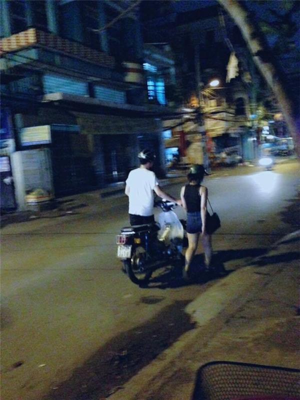 Tranh cãi nảy lửa chuyện cặp đôi xuống xe dắt bộ tìm cây xăng