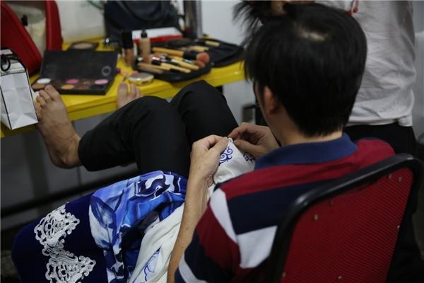 Mới đây, trong hậu trường chương trình Ngôi sao phương Nam, Hoài Linh đã tận tình hỗ trợ đồng nghiệp khi gặp sự cố với trang phục. - Tin sao Viet - Tin tuc sao Viet - Scandal sao Viet - Tin tuc cua Sao - Tin cua Sao