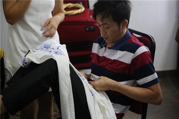 Ngưỡng mộ hình ảnh NSƯT Hoài Linh tự tay vá áo giúp đồng nghiệp - Tin sao Viet - Tin tuc sao Viet - Scandal sao Viet - Tin tuc cua Sao - Tin cua Sao