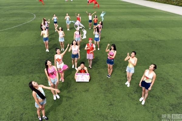 Các cô gái chụp hình ở khá nhiều địa điểm, tạo dáng và cùng giơ áo ngực lên thay lời kêu gọi. (Ảnh: Internet)