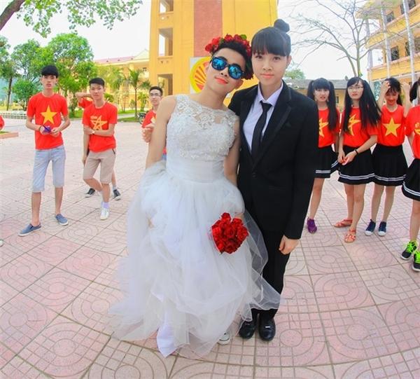 """""""Đám cưới kỉyếu"""" là chủ đề bộ ảnh của những chàng trai, cô gái lớp 12A1 trường THPT Yên Dũng, Bắc Giang. Các bạn trẻ đã đem tới sự khác biệt trong làn sóng kỉyếu bột màu, súng nước của năm nay."""
