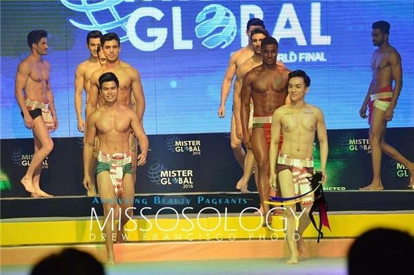 Trên sân khấu bán kết vào tối qua, đại diện Việt Nam trông khá nhỏ bé so với các thí sinh còn lại. Vì thế, thông tin chiều cao 1m80 của chàng trai này lại khiến cư dân mạng nghi ngờ.