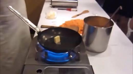 """Cách làm cơm cuộn trứng """"bá đạo"""" khiến người xem thích thú"""