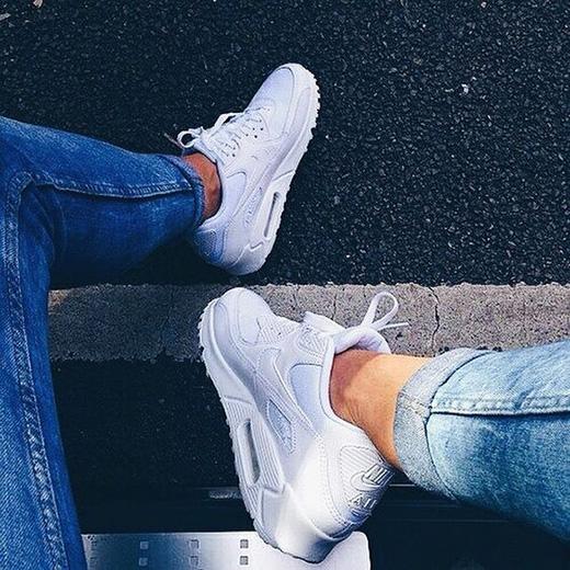 Còn gì tuyệt vời hơn một đôi giày vừa tạo cảm giác thoải mái khi di chuyển, lại vừa phong cách và dễ phối đồ như Air Max 90? (Ảnh: Internet)