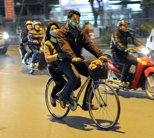 """""""Thương anh mấy núi cũng qua, Mấy sông cũng lội, xe đạp đèo cũng đi"""".(Ảnh: Internet)"""