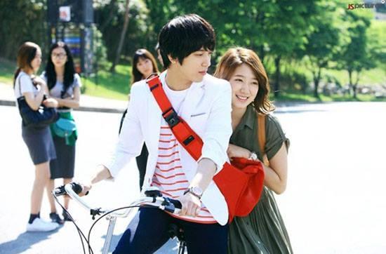 """Khoảnh khắc ngọt ngào, hạnh phúc của Jung Yong Hwa và Park Shin Hyetrong """"Heartstrings"""".(Ảnh: Internet)"""