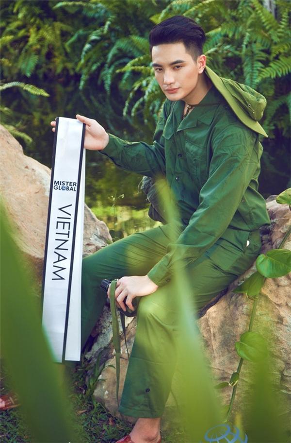 Nguyễn Văn Sơn sinh năm 1994, sở hữu chiều cao vượt trội 1m93. Gương mặt chàng trai này góc cạnh, nam tính, mạnh mẽ.