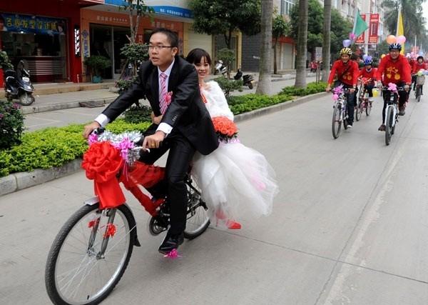 Anh chỉ có xe đạp để rước dâu, liệu em có muốn lấy anh không?(Ảnh: Internet)