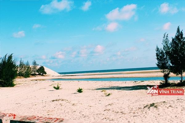 Bãi biển xanh tuyệt đẹp nằm bên khu cắm trại.