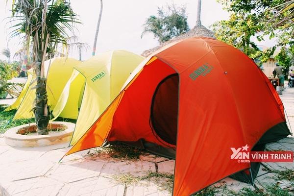 Những chiếc lều đủ màu hướng mặt ra biển.