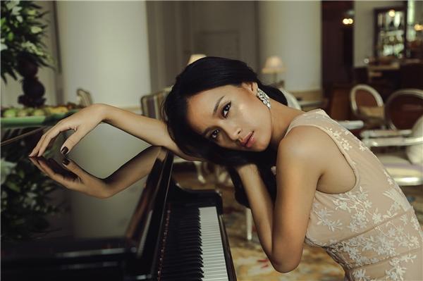 """Diện đầm tông màu nude khoét ngực sâu, Ái Phương tinh tế biến hóa thành """"kiều nữ"""" bên đàn piano giữa không gian sang trọng. - Tin sao Viet - Tin tuc sao Viet - Scandal sao Viet - Tin tuc cua Sao - Tin cua Sao"""