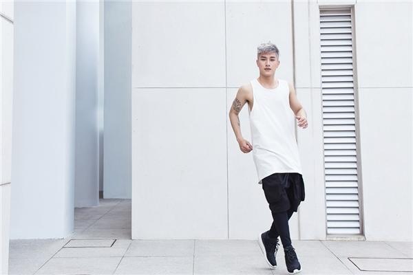 """Sử dụng tone màu trắng đen làm chủ đạo, nam ca sĩ gây chú ý với phong cách thời trang cực """"chất"""". - Tin sao Viet - Tin tuc sao Viet - Scandal sao Viet - Tin tuc cua Sao - Tin cua Sao"""