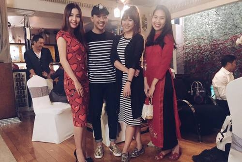 Trấn Thành với áo thun sọc đen đơn giản bên cạnh Hari Won với chiếc váy cùng màu. - Tin sao Viet - Tin tuc sao Viet - Scandal sao Viet - Tin tuc cua Sao - Tin cua Sao