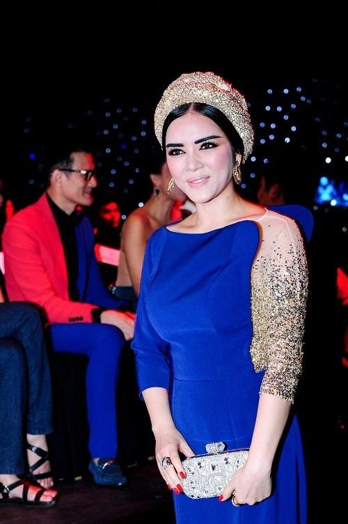 Chưa tính đến sắc vóc, cách trang điểm của cô đã không hề ăn nhập với tính chất của trang phục.