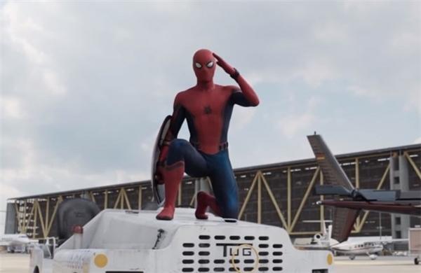 Trang phục của Người Nhện: Trái với những phiên bản Spider-Man trước, Peter Parker của Tom Holland nhận được sự hỗ trợ về mặt công nghệ từ Tony Stark. Bộ đồ do cậu tự làm bị Người Sắt chế giễu vì quá thô sơ và kệch cỡm. Nhưng đến trận chiến ở sân bay, Peter Parker đã có bộ trang phục hoàn chỉnh hơn và gửi lời cảm ơn đến Tony Stark. Nó được lấy cảm hứng từ những bức vẽ của hai nghệ sĩ Steve Ditko và John Romita, với biểu tượng con nhện trên ngực.