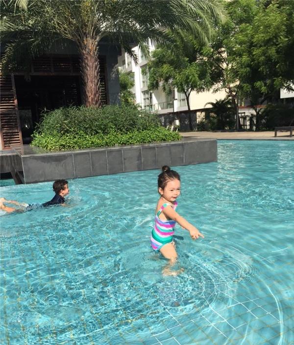 """Mới đây, Đoan Trangchia sẻ loạt khoảnh khắc đáng yêu của con gái ở bể bơi. Vì được bố mẹ """"huấn luyện"""" làm quen với nước từ khi còn nhỏ nên bé Sol tỏ ra rất dạn dĩ. - Tin sao Viet - Tin tuc sao Viet - Scandal sao Viet - Tin tuc cua Sao - Tin cua Sao"""