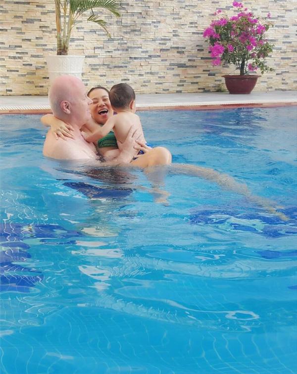 Gia đình nhỏ Thu Minh quấn quýt bên nhau trong làn nước mát lạnh. - Tin sao Viet - Tin tuc sao Viet - Scandal sao Viet - Tin tuc cua Sao - Tin cua Sao