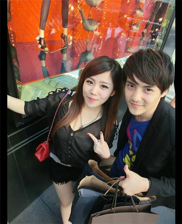 Xuất hiện bên cạnh người anh trai phong độ, Ông Thoại Liên - em gái nam ca sĩ Ông Cao Thắng gây chú ý bởi nhan sắc xinh đẹp.